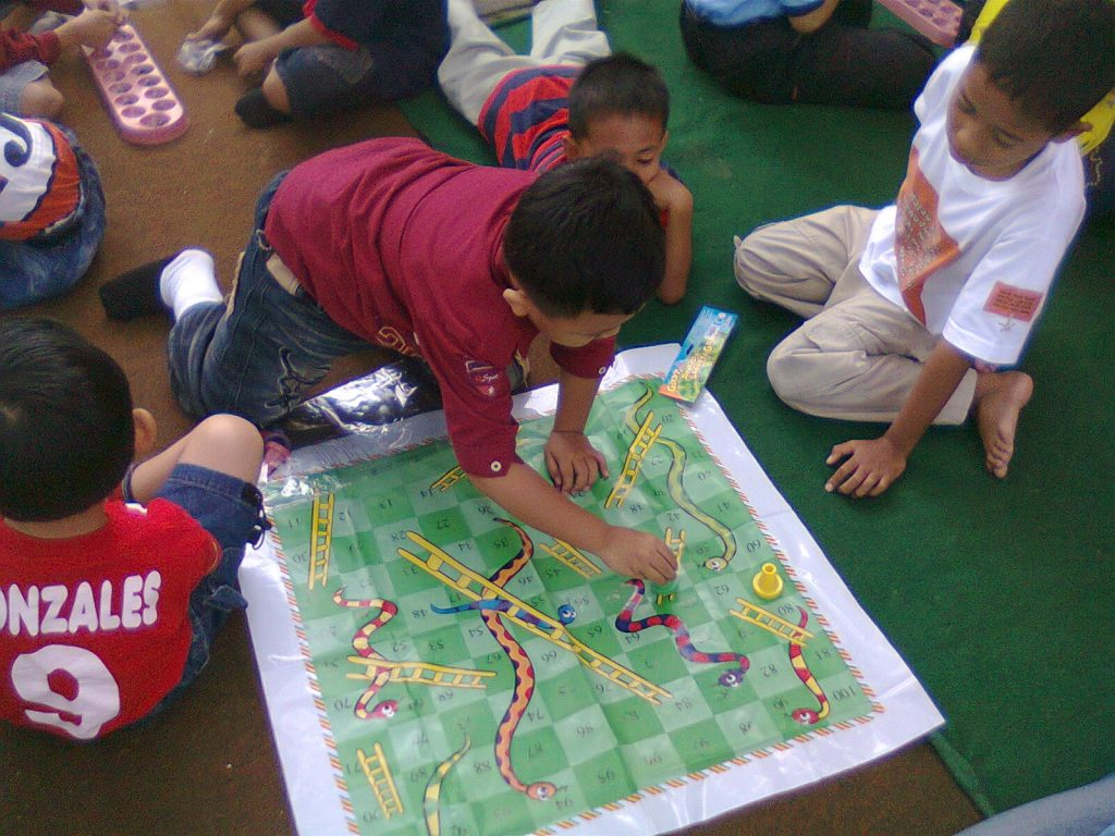 Indoor games for kids ludo images for Children indoor